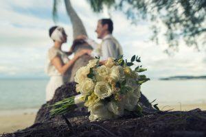 Organisation-Mariage-marier-maries-mariee-ceremonie-Thailande-Plage-ile-Koh-Samui-Island-thai-evenementiel-evenements-demande-fiancailles-EVJF-EVG-noces-voyages-Wedding-ceremony-Planner-Thailand-Beach-Events-event-request-bachelor-bachelorette-groom-bride-bridal-fleurs-decoration-demoiselle-honneur-rond-cascade-bouquet-tropicales-orchidee-flowers-bridal-groom-buttonhole-boutonniere-fleuriste-florist-46
