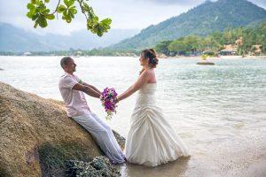 Organisation-Mariage-marier-maries-mariee-ceremonie-Thailande-Plage-ile-Koh-Samui-Island-thai-evenementiel-evenements-demande-fiancailles-EVJF-EVG-noces-voyages-Wedding-ceremony-Planner-Thailand-Beach-Events-event-request-bachelor-bachelorette-groom-bride-bridal-fleurs-decoration-demoiselle-honneur-rond-cascade-bouquet-tropicales-orchidee-flowers-bridal-groom-buttonhole-boutonniere-fleuriste-florist-44