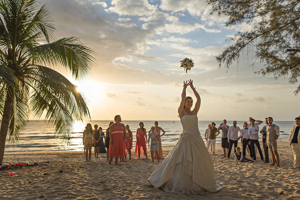 Organisation-Mariage-marier-maries-mariee-ceremonie-Thailande-Plage-ile-Koh-Samui-Island-thai-evenementiel-evenements-demande-fiancailles-EVJF-EVG-noces-voyages-Wedding-ceremony-Planner-Thailand-Beach-Events-event-request-bachelor-bachelorette-groom-bride-bridal-lance-bouquet-fleurs-filles-celibataires-coucher-soleil-2