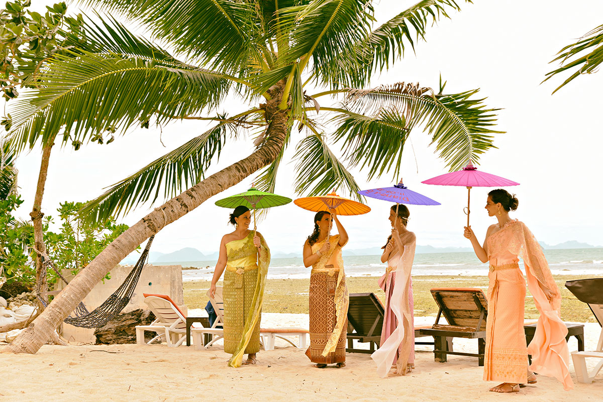 Organisation-Mariage-marier-maries-mariee-ceremonie-Thailande-Plage-ile-Koh-Samui-Island-thai-evenementiel-evenements-demande-fiancailles-EVJF-EVG-noces-voyages-Wedding-ceremony-Planner-Thailand-Beach-Events-event-request-bachelor-bachelorette-groom-bride-bridal-dress-traditions-traditionnelle-traditionel-tenue-vetement-costume-robe-thaïe-styliste-1