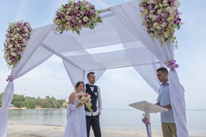 Organisation-Mariage-marier-maries-mariee-ceremonie-Thailande-Plage-ile-Koh-Samui-Island-thai-evenementiel-evenements-demande-fiancailles-EVJF-EVG-noces-voyages-Wedding-ceremony-Planner-Thailand-Beach-Events-event-request-bachelor-bachelorette-groom-bride-bridal-chairs-tables-flowers-candles-chaises-tables-fleurs-bougies-gazebo-60