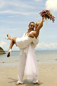 Organisation-Mariage-marier-maries-mariee-ceremonie-Thailande-Plage-ile-Koh-Samui-Island-thai-evenementiel-evenements-demande-fiancailles-EVJF-EVG-noces-voyages-Wedding-ceremony-Planner-Thailand-Beach-Events-event-request-bachelor-bachelorette-groom-bride-bridal-fleurs-decoration-demoiselle-honneur-rond-cascade-bouquet-tropicales-orchidee-flowers-bridal-groom-buttonhole-boutonniere-fleuriste-florist-31