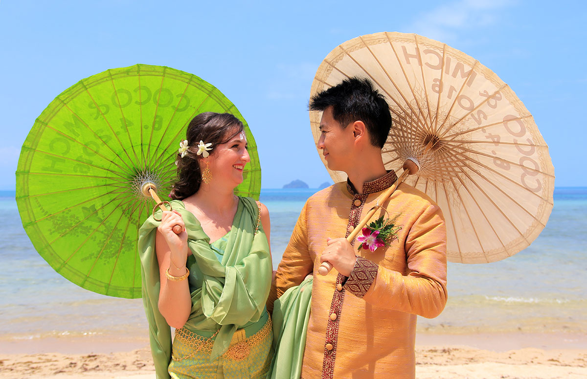 Organisation-Mariage-marier-maries-mariee-ceremonie-Thailande-Plage-ile-Koh-Samui-Island-thai-evenementiel-evenements-demande-fiancailles-EVJF-EVG-noces-voyages-Wedding-ceremony-Planner-Thailand-Beach-Events-event-request-bachelor-bachelorette-groom-bride-bridal-dress-family-famille-ombrelle-objet-equipment-23